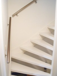 Een moderne witte trap